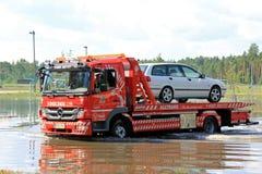 Φορτηγό ρυμούλκησης που διασώζει το αυτοκίνητο από την πλημμύρα Στοκ φωτογραφία με δικαίωμα ελεύθερης χρήσης