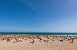 拥挤大西洋夏天海滩在葡萄牙 免版税库存照片