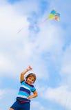 与风筝的女婴戏剧 免版税库存照片