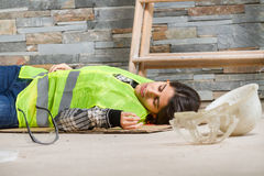Γυναίκα στο ατύχημα στον εργασιακό χώρο Στοκ Φωτογραφία