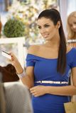 Όμορφη γυναίκα που πληρώνει από την πιστωτική κάρτα Στοκ Εικόνες