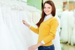 俏丽的妇女在婚礼时尚商店  免版税库存图片