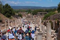未认出的以弗所游人参观希腊罗马废墟  免版税库存图片