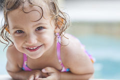 游泳池的愉快的女孩儿童婴孩 免版税图库摄影