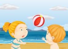 Дети играя волейбол на пляже Стоковые Изображения