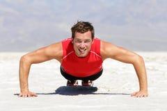 做俯卧撑训练的健身人室外 库存照片