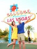 拉斯维加斯标志-跳跃的夫妇获得乐趣 库存照片