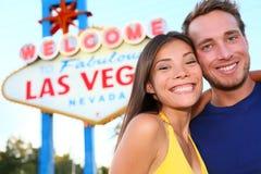 在拉斯维加斯标志的拉斯维加斯旅游夫妇 免版税库存图片