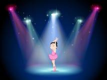 一位年轻芭蕾舞女演员在阶段的中心 库存图片
