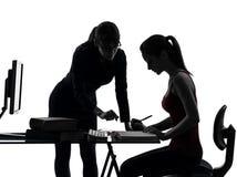 老师妇女母亲学习剪影的少年女孩 库存图片