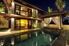 与游泳池的现代热带别墅 库存照片