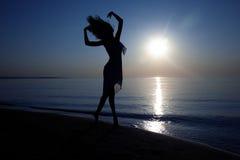 在日落的舞蹈 免版税库存照片
