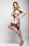 Πρότυπο μόδας με τη σγουρή τρίχα Στοκ Εικόνες