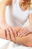 Пациент на физиотерапии - массаж Стоковые Изображения
