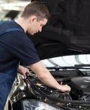 汽车机械师在工作。 免版税图库摄影