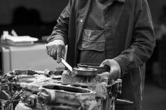 汽车机械师在工作。 免版税库存照片