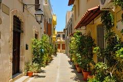 典型的狭窄的街道在市罗希姆诺 免版税库存图片
