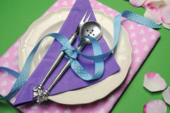 Πορφυρή & ρόδινη ρύθμιση επιτραπέζιων θέσεων γευμάτων καρδιών. Στοκ Εικόνες