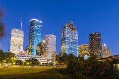 在街市休斯敦的看法在夜之前 免版税库存图片