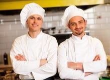 聪明和确信的男性厨师 免版税库存图片