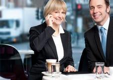 享用咖啡的企业同事 免版税库存图片