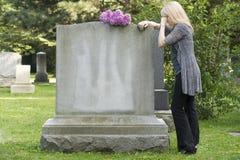 哀情在公墓 免版税库存照片