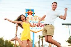 拉斯维加斯标志-愉快夫妇跳跃 库存照片