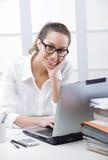 女商人画象在办公室 免版税库存照片