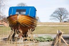 木小船的维修服务 库存照片