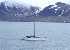卑尔根群岛:航行在北极水域中 库存照片