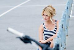 一个美丽的女孩的画象在街道上的。 免版税库存照片