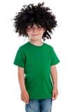 戴着一顶大黑假发的滑稽的年轻男孩。 免版税库存照片