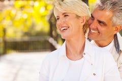 愉快的中部年迈的夫妇 免版税库存图片