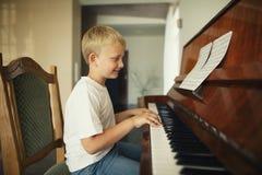 小男孩弹钢琴 免版税图库摄影