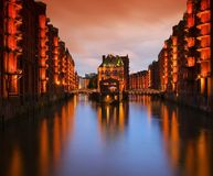仓库宫殿汉堡市在晚上 免版税库存图片