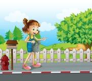 走在有喷水隆头的街道的女孩 库存图片