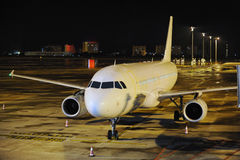 飞机在晚上 库存图片