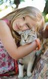 有猫的小女孩。 免版税库存照片