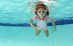 屏住呼吸的女孩水下 免版税库存图片