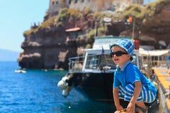 使用在圣托里尼的小男孩 免版税库存照片