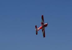 Нижняя сторона красного летания модельного самолета Стоковое фото RF