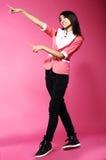青春期。打手势用她的手的年轻滑稽的亚裔妇女 免版税库存照片
