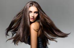 Модельная девушка с дуя волосами Стоковые Фотографии RF