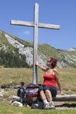 妇女感人的木十字架 免版税库存照片