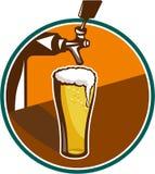 减速火箭啤酒品脱玻璃的轻拍 免版税库存图片