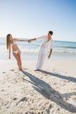 握手和倾斜对任一边的愉快的夫妇 免版税库存照片