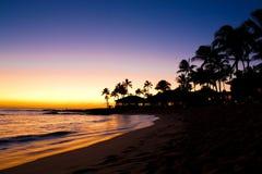 在热带海滩胜地的日落场面 免版税库存图片