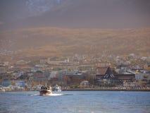 在乌斯怀亚海湾的游艇 免版税图库摄影