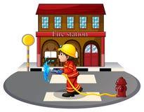 拿着灭火水龙带的消防员在消防栓附近 库存照片