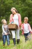 采取野餐的母亲孩子在乡下 图库摄影